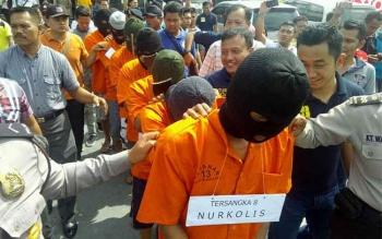 Para perampok dealr mobil Honda di Palangka Raya ketika digiring untuk memperagakan aksi. BORNEONEWS/BUDI YULIANTO