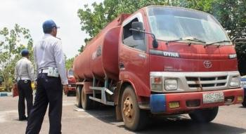 Petugas Dinas Perhubungan Komunikasi dan Informasi (Dishubkominfo) Kabupaten Kotim saat merazia angkutan cruide palm oil (CPO). BORNEONEWS/RAFIUDIN