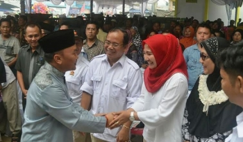 Gubernur Kalteng terpilih Sugianto Sabran menyalami isteri Bupati Ahmad Yantenglie, Endang Susilawatie di Kereng Pangi, baru-baru ini. BORNEONEWS/ABDUL GOFUR