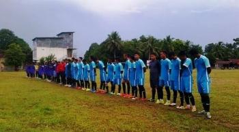 Dua kesebelasan antara Sematu Jaya Vs PDAM bertanding dalam laga perdana Lamandau Cup 2016, Minggu (1/5/2016). BORNEONEWS/HENDI NURFALAH
