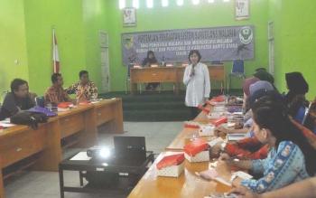 Rita Juliawati dari Dinas Kesehatan Provinsi Kalimantan Tengah ketika memberikan materi pada pertemuan monev malaria bagi petugas rumah sakit dan puskesmas se Kabupaten Barito Utara. BORNEONEWS/RAMADANI