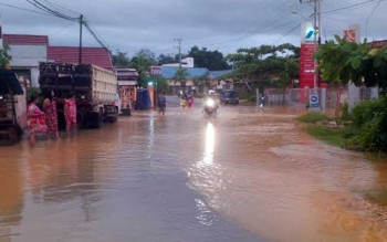 Beginilah kalau hujan lebat melanda kota Muara Teweh maka sebagian ruas jalan diremdam banjir akibat meluapnya sungai Bengaris, Minggu (1/5) pagi. BORNEONEWS/AGUS SIDIK