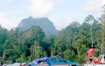Bukit Tantan Samantuan yang tampak dari di bagian Hulu Sungai Kahayan. Para peserta sempat mengabadikan bukit yang sering tertutup kabut itu. (Foto: Epra Sentosa)