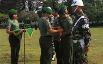 Danrem 102/Pjg Kolonel Arh Purwo Sudaryanto melepas atribut TNI dalam upacara pemberhentian tidak dengan hormat di halaman Makorem, Senin (2/5/2016). BORNEONEWS/BUDI YUDLIANTO