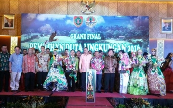Kepala Badan Lingkungan Hidup Kabupaten Kapuas Drs M.Saleh Makki,M.AP ditemani isteri saat mendampingi Jeremia Riady dan Siti Aisyah yang dinobatkan sebagai Juara Pertama dan Kedua Duta Lingkungan Hidup Provinsi Kalimantan Tengah akhir pekan lalu di Palan