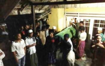 Warga mengerumuni kediaman Jenazah Nenek Mani, saat proses evakuasi jenazah. Senin (2/5/2016) malam. BORNEONEWS/CR-1