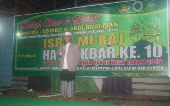 Tabligh akbar dan dzikir bersama di Kuala Pembuang dipimpin Ustadz H. Abdurahman, selaku pengasuh Pondok Pesantren Al-Falah Banjar Baru Kalimantan Selatan, Senin (2/5/2016) malam. BORNEONEWS/PARNEN