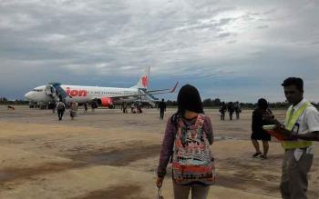 Penumpang Lion Air di Bandara Tjilik Riwut (Batjiri), Palangka Raya, beberapa waktu lalu. Dishubkominfo targetkan terminal baru Batjiri akan beroperasi pada 2017. BORNEONEWS/TESTI/RISCILLA
