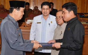 Ketua DPRD Kabupaten Kotim Jhon Krisli, saat menyerahkan dokumen persetujuan bersama APBD Kotim kepada Wakil Bupati M Taufiq Mukri, baru-baru ini. BORNEONEWS/RIFQI