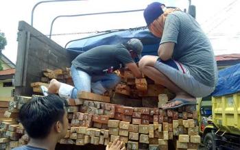 Polres Palangka Raya menahan tiga unit truk pengangkut kayu jadi jenis meranti masing-masing berisi 8,5 kubik. BORNEONEWS/BUDI YULIANTO