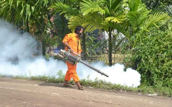 Seorang petugas melakukan fogging atau pengasapan, di Kecamatan Baamang, Kotawaringin Timur. BORNEONEWS/RAFIUDIN