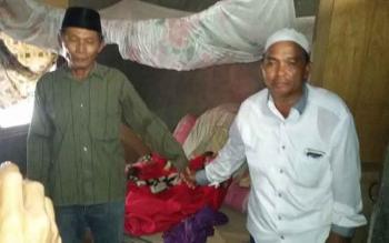 Suami Korban (baju cokelat) menunjukan kondisi kamar berhamburan. BORNEONEWS/CR-1