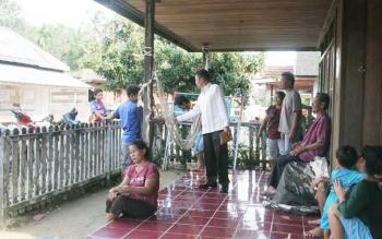 Bupati Murung Raya Perdie M Yoseph saat berkunjung ke Desa Makunjung Kecamatan Barito Tuhup Raya. BORNEONEWS/SUPRI ADI