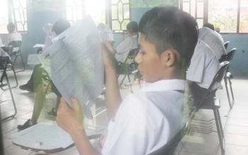 Tampak seorang siswa serius membaca lembaran soal ujian nasional. BORNEONEWS/RAFIUDIN