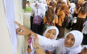 Sejumlah siswa tingkat SMA sederajat tengah memeriksa hasil ujian nasional. ILUSTRASI