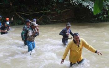 Rombongan pra-ekspedisi Bukit Keminting dirundung hujan deras. Jalan berlumpur yang cukup dalam, dengan susah payah bisa diarungi. BORNEONEWS/EPRA SENTOSA