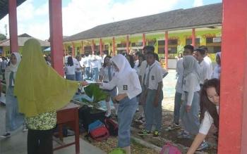 Sebanyak 1.020 orang pelajar menengah atas atau sederajat untuk tahun ajaran 2015/2016 di Kabupaten Murung Raya (Mura) dinyatakan lulus 100 persen. BORNEONEWS/SUPRI ADI