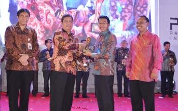 Bupati Murung Raya Perdie M Yoseph saat menerima penghargaan TOP PDAM 2016 dan TOP Pembina PDAM yang digelar di Hall D Jakarta Internasional Expo, Kemayoran Jakarta Pusat. BORNEONEWS/SUPRI ADI