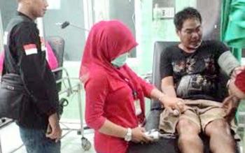 Herdulin, 25, seorang petugas keamanan Citimall, di Jalan Pemuda, Kota Kuala Kapuas, dianiaya seorang pengunjung. BORNEONEWS/DJEMMY NAPOLEON