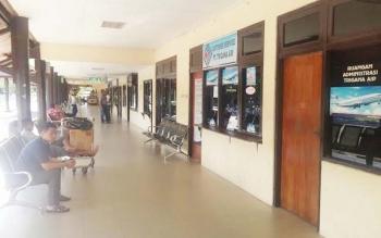 Salah satu penumpang pesawat tengah menunggu jemputan di depan ruang administrasi Trigana Air di Bandara Iskandar Pangkala Bun Minggu (8/5/2016). Sebelumnya, ratusa penumpang Trigana sempat protes dan minta pertanggungjawaban di ruangan tersebut karena ba