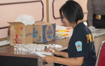 Seorang Polwan dari Polres Seruyan saat ikut melakukan kegiatan pengambilan tes urin pegawai pada kantor Dinas Dinas PU Seruyan, beberapa waktu lalu. DOK BORNEONEWS