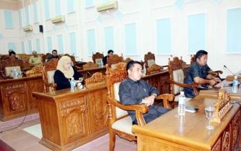 Anggota DPRD Kabupaten Pulang Pisau dalam rapat paripurna mendengarkan LKPJ Bupati Pulang Pisau.