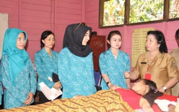 PPost/Hairul Saleh: IMPLAN KB - Wakil Ketua DPRD Katingan Endang Susilawatie Ahmad Yantenglie menyaksikan pemasangan implan KB kepada seorang wanita yang menikah muda, pada pencanangan BBGRM di Desa Telaga, Kecamatan Kamipang, baru-baru ini.