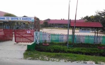 Sekolah Menengah Pertama Negeri (SMPN) 1 Kurun yang beraga di Jalan Tjilik Riwut, Kuala Kurun. Ketua DPRD Gumas Gumer memyatakan akan mengusulkan pembangunan rumah jabatan kepala sekolah dan perumaham guru SMPN 1 Kurun, pada anggaran 2017 mendata