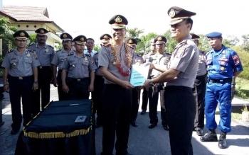 KAPOLRES SUKAMARA: Kapolres Sukamara AKBP Rede Mangaraja Senambela dan Wadir Polair Polda Jawa Tengah, AKBP Heri Sulistya, usai menandatangani surat serah terima jabatan. BORNEO/NORHASANAH