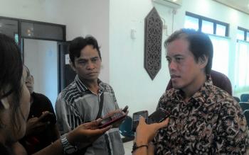 Anggota Komisi IV DPR RI H Hamdhani saat diwawancarai awak media terkait kunjungan kerjanya di Barsel, Kamis (12/5/2016). BORNEONEWS/H LAILY MANSYUR