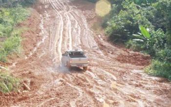 JALAN RUSAK: Mobil salah satu rombongan safari Haring Kaharingan harus bersusah payah melewati salah satu titik yang rusak parah di ruas Tumbang Miri-Tumbang Napoi, Kamis (12/5/2016). Anggota DPRD Untung Jaya Bangas menyesalkan lambannya perbaikan jalan t