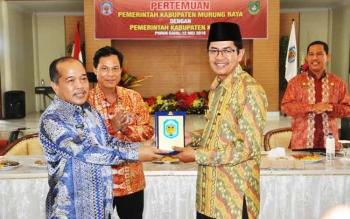 Pemerintah Kabupaten Murung Raya dan Pemerintah Kabupaten Kapuas melakukan pertemuan, di Puruk Cahu, Kamis (12/5/2016). Kedua pihak memantapkan kerjasama perbatasan kedua kabupaten di Kalimantan Tengah itu. BORNEO/DJEMMY NAPOLEON