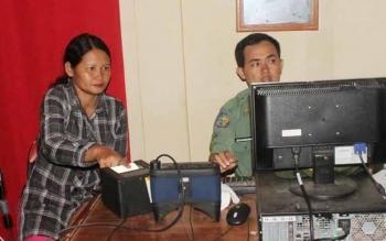 Salah seorang warga saat melakukan perekaman data KTP elektronik di Dinas Kependudukan dan Catatan Sipil Kotim. DOK BORNEONEWS