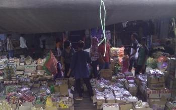 PEDAGANG SEMBAKO: Para pedagang sembako sedang berjualan dan bertransaksi dengan konsumen di halaman Pasar Temenggoeng Djaja Karti, di Tamiang Layang, Senin (16/5/2016). BORNEO/AMAR ISWANI