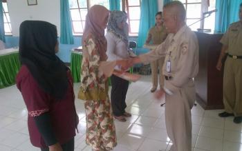 TENAGA TERAMPIL: Kepala Dinas Tenaga Kerja dan Transmigrasi UPT BLK Buntok Jubenhin saat menyerahkan sertifikat pelatihan, di Buntok, Senin (16/5/2016). BORNEO/PP/LAILY MANSYUR