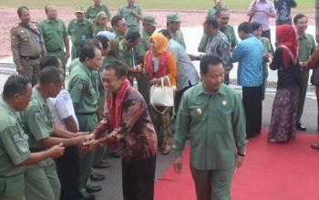 DPRD PACITAN: Rombongan Komisi I DPRD Pacitan, Jawa Timur, saat tiba di halaman Pemkab Lamandau, di Kota Nanga Bulik, Senin (16/5/2016). Mereka ke Lamandau untuk belajar tentang pemerintahan desa. BORNEO/HENDI NURFALAH