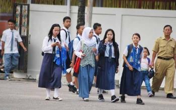 Para siswa saat pulanng sekolah. (foto: Romadani)