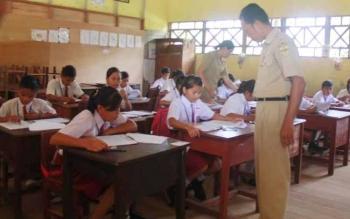 UJIAN NASIONAL: Para pelajar SDN Kurun 3, Kuala Kurun, Kabupaten Gunung Mas, mengikuti ujian nasional (UN), Senin (16/5/2016). BORNEO/EPRA SENTOSA
