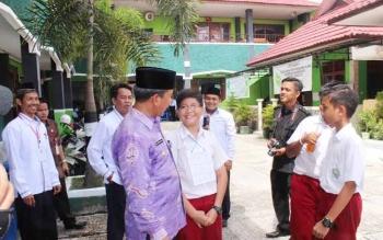 PANTAU UN: Wali Kota Palangka Raya Riban Satia beserta unsur FKPD melakukan pemantauan UN SD di MIN Langkai jalan Kartini, Senin (16/5/2016). UN ini diikuti 4784 peserta dan 129 sekolah.Sementara yang dibawah naungan Kemenag, ada 19 sekolah penyelenggara
