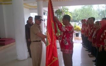 FESTIVAL BUDAYA: Bupati Barito Selatan HM Farid Yusran melepas kontingen Festival Budaya Isen Mulang 2016. Pelepasan berlangsung di halaman kantor bupati, Selasa (17/5/2016). BORNEO/URIUTU DJAPER