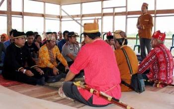 Para pemangku adat Pulang Pisau saat gelar ritual adat pada proyek multiyear pemerintah daerah belum lama ini. BORNEO/JAMES DONNY