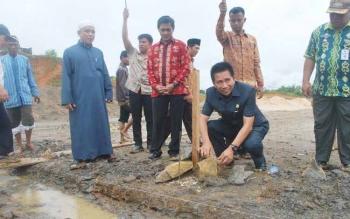 Bupati Barito Utara Nadalsyah yang didampingi Wakil Bupati Ompie Herby melakukan peletakan batu pertama pembangunan Mushola Raudhatul Muhibbin di Kecamatan Teweh Baru, Selasa (17/5) di Kecamatan Teweh Baru.(PPOST/AGUS SIDIK)