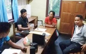 Muhayansah (baju merah) saat dimintai keterangan oleh Unit Perlindungan Perempuan dan Anak di Mapolres Barito Selatan. BORNEONEWS/URIUTU DJAPER