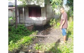 LIMBAH OLI: Parit yang dipenuhi limbah oli PLN Sukamara. BORNEO/NORHASANAH
