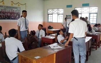 SMA 2 KAHAYAN TENGAH: Siswa-siswa SMA 2 Kahayan Rengah, Kabupaten Pulang Pisau. Warga mengancam tak menyekolahkan anaknya di sekolah ini, selama kepsek dijabat HS. JAMES DONNY/N).