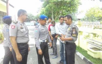 Pro PAM Polres Kapuas melaksanakan pemeriksaan terhadap anggota polsek selat terkait kepemilikan Senpi di halaman Polsek Selat Rabu(18/5) pagi.
