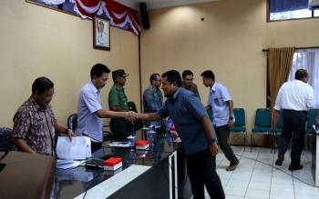 Bupati Barito Utara H Nadalsyah menghadiri rapat koordinasi dengan PLN Muara Teweh, terkait pemadaman yang terjadi di wilayah ini. BORNEONEWS/AGUS SIDIK
