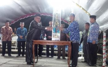 Foto : Bupati Kabupaten Sukamara, Ahmad Dirman menyerahkan piala bergilir kepada Camat Pantai Lunci dalam pembukaan MTQ ke VII tingkat Kabupaten.