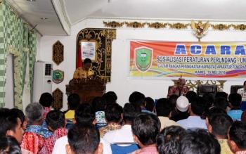 FOTO: Bupati H Edy Pratowo saat menyampaikan sambutan pada acara Sosialisasi Peraturan Perundang-undangan Dalam Rangka Peningkatan Kapasitas Aparatur Pemerintahan Desa, dia aula Kantor Bupati Pulang Pisau, Kamis (19/5/2016)