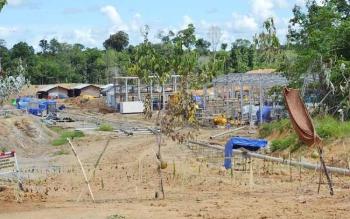 Tunjang Siro yang dipasang di depan jalan masuk menuju proyek PT Timas Suplindo diareal PLTG Karendan, Kecamatan Lehei